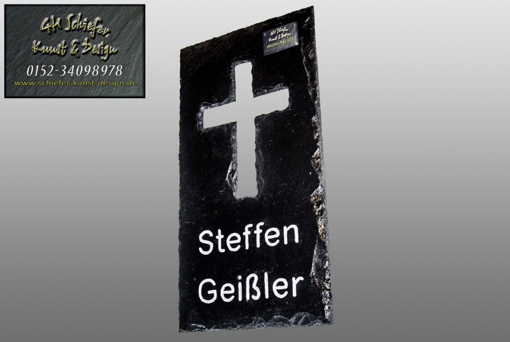 Gedenkplatte, Grabsteinplatte mit ausgeschlagenem Kreuz
