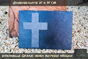 Schiefertafel mit aufgesetztem Kreuz
