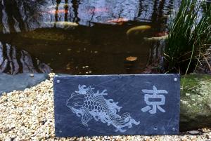 Koi auf einer Schieferplatte - Die Geschenkidee für Koiliebhaber