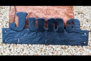 Wandschmuck aus Schiefer - Name Juna aus der Schieferplatte geschlagen.