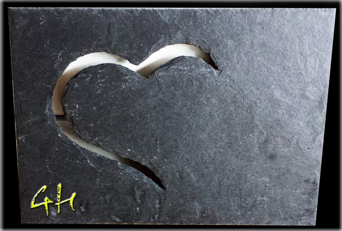 Herzausschnitt in einer Schieferplatte