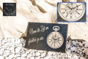Detailgenaue Taschenuhr auf Schiefer graviert mit Text