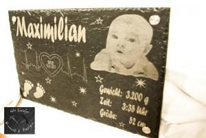 Geburtsplatte mit den Daten des Babys bei Geburt und Foto