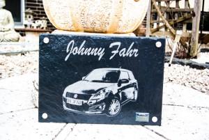Auto auf einer Schieferplatte graviert