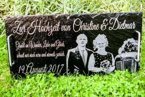 Serviertablett aus Schiefer mit Gravur als Hochzeitsgeschenk