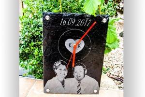 Schieferuhr mit Gravur als Hochzeitsgeschenk