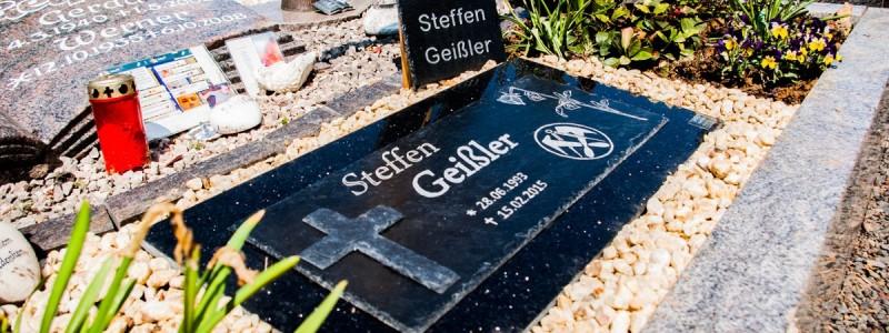 Grabsteinplatte-mit-Kreuz-auf-Granit-Steffen-Geißler-2-1200
