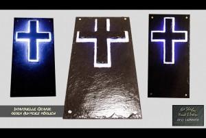 Schiefer Gedenkplatte mit hinterleuchtetem Kreuz für zu Hause